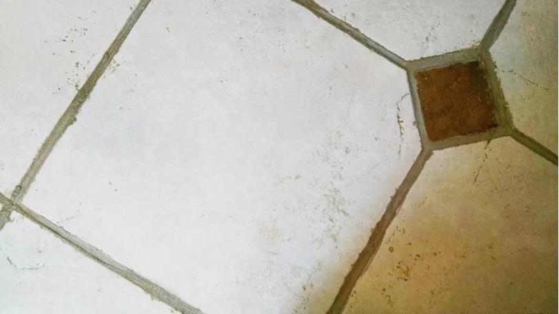Azulejos sucios de la cocina
