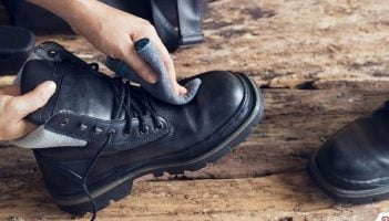 Limpiando botas de piel