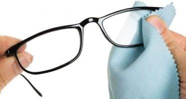 limpiar las gafas con un paño