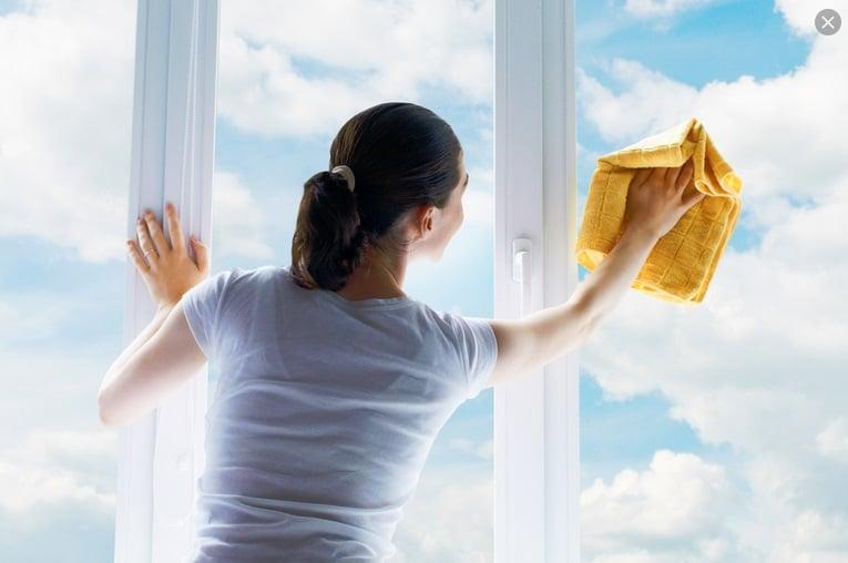 Limpiando ventana con trapo