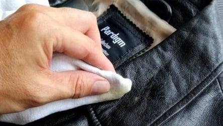 limpiando chaqueta de cuero
