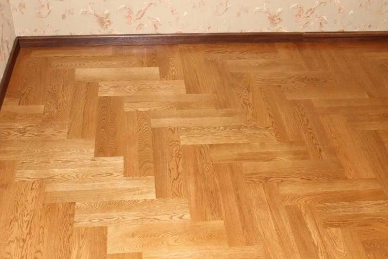 suelo de parquet limpio