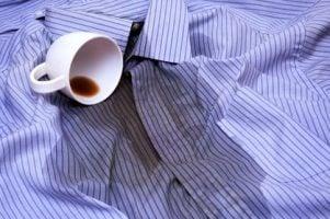 manchas de cafe en la camisa