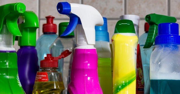 20 errores que cometes al limpiar la casa: así es como los evitas