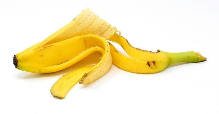 pulir-cubiertos-agua-cáscara-plátano