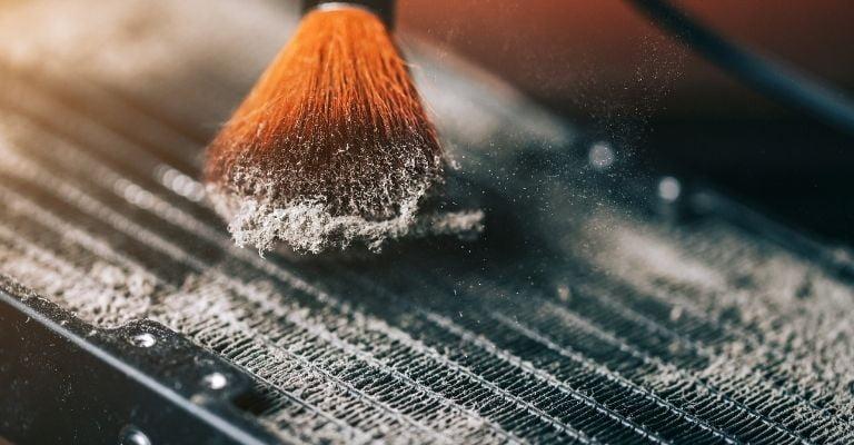 como-limpiar-radiadores-cepillo