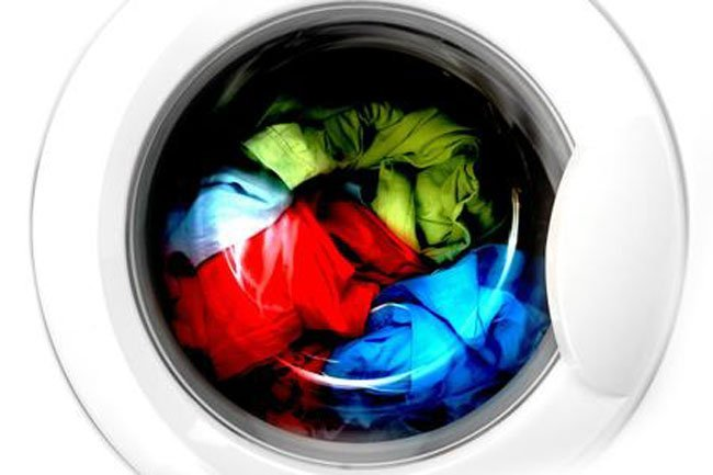 prendas de colores en la lavadora
