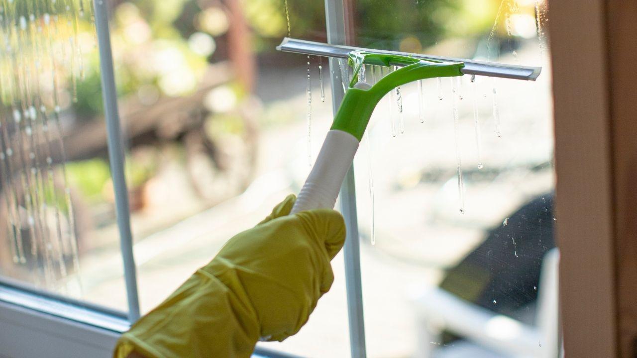 Cómo limpiar ventanas con 10 soluciones naturales y de bricolaje