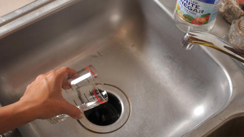Desatascar el fregadero: la alternativa y los remedios baratos para limpiar el desagüe