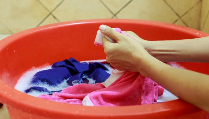 Limpiar manchas de aceite en la ropa: 5 métodos naturales