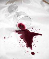 Cómo quitar la mancha de vino de la ropa