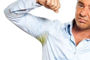 Cómo quitar manchas en las axilas de las camisas