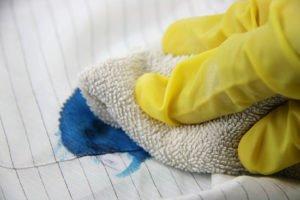 Cómo quitar las manchas de tinta de la ropa y las telas