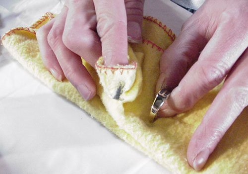 Eliminar manchas verdes de las joyas